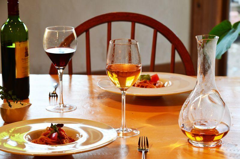 ローズリーフ®はワイングラスでお食事のお供にどうぞ